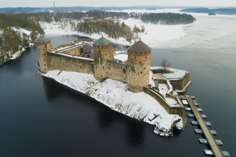 Vista da fortaleza antiga da cidade de Savonlinna, avaliação aérea do dia de março finland foto de stock royalty free