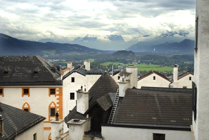 A vista da fortaleza de Hohensalzburg em Salzburg é a fortaleza a mais completa dos tempos medievais que é saida em Europa imagens de stock royalty free