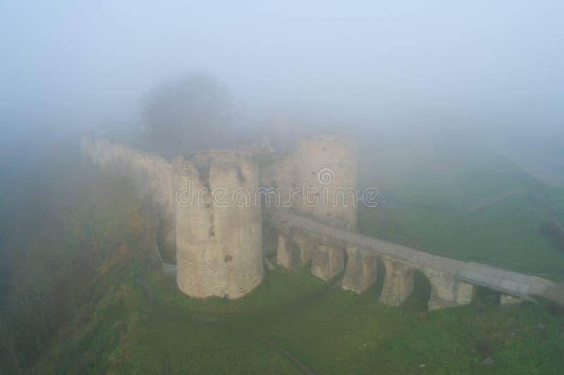 Vista da fortaleza de Koporye, névoa grossa da manhã Koporye, região de Leninegrado fotos de stock