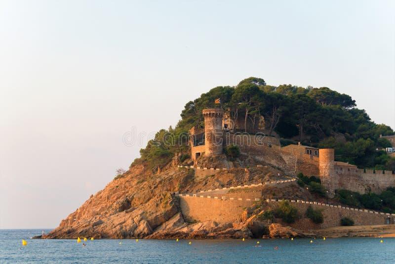 Vista da fortaleza espanhola velha da praia Tossa de março, Catalonia, Spain fotos de stock
