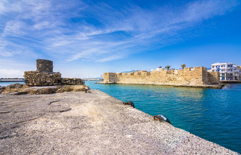 Vista da fortaleza Venetian das couves na entrada ao porto, Ierapetra, Creta fotos de stock