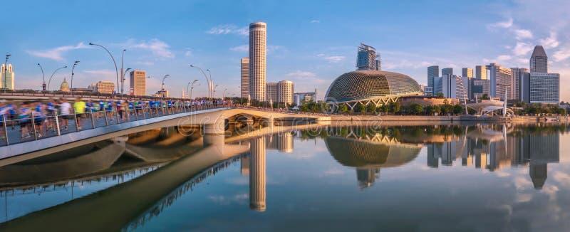 Vista da frente d'água de Singapura como corredores de maratona atravessam a ponte Jubilee fotos de stock royalty free