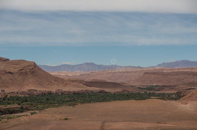 Vista da garganta do rio de Asif Ounila perto de Kasbah Ait Ben Haddou foto de stock