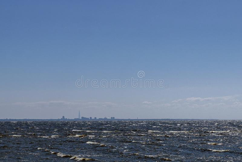 Vista da grande metrópole moderna do mar imagens de stock royalty free