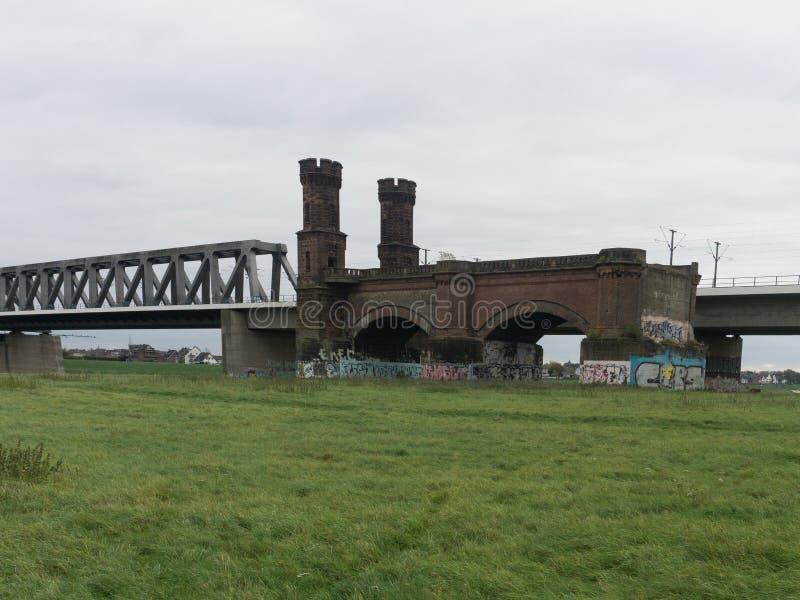 Vista da grande ponte de pedra industrial velha imagens de stock royalty free