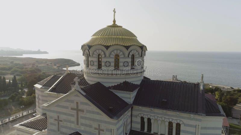 Vista da igreja branca grande com as abóbadas douradas na frente do rio bonito, mola Vologda, Rússia tiro Bonito fotografia de stock