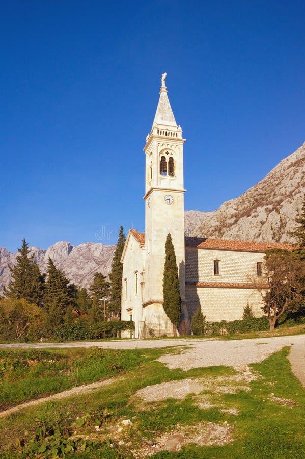 Vista da igreja Católica de Saint Eustace Montenegro, cidade de Dobrota Espaço livre para o texto foto de stock royalty free