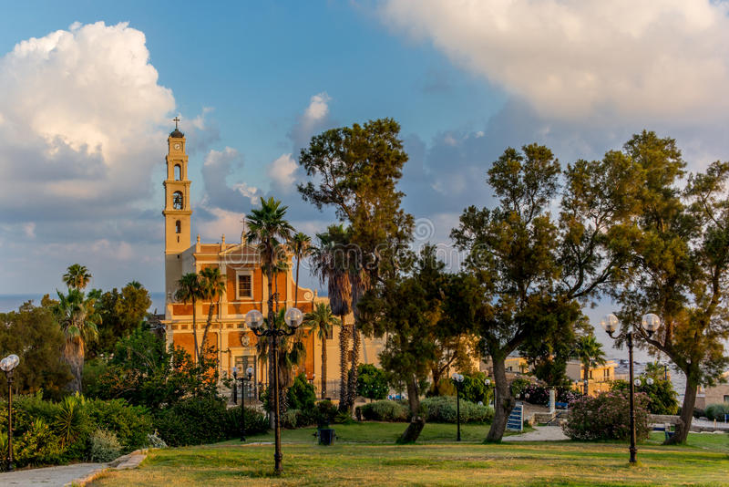 Vista da igreja Católica de St Peter em Jaffa - 3 imagens de stock royalty free