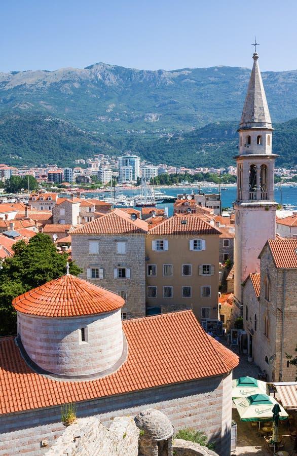 Vista da igreja da cidade do St Ivan, do Budva, de montanhas e do mar velhos montenegro imagens de stock
