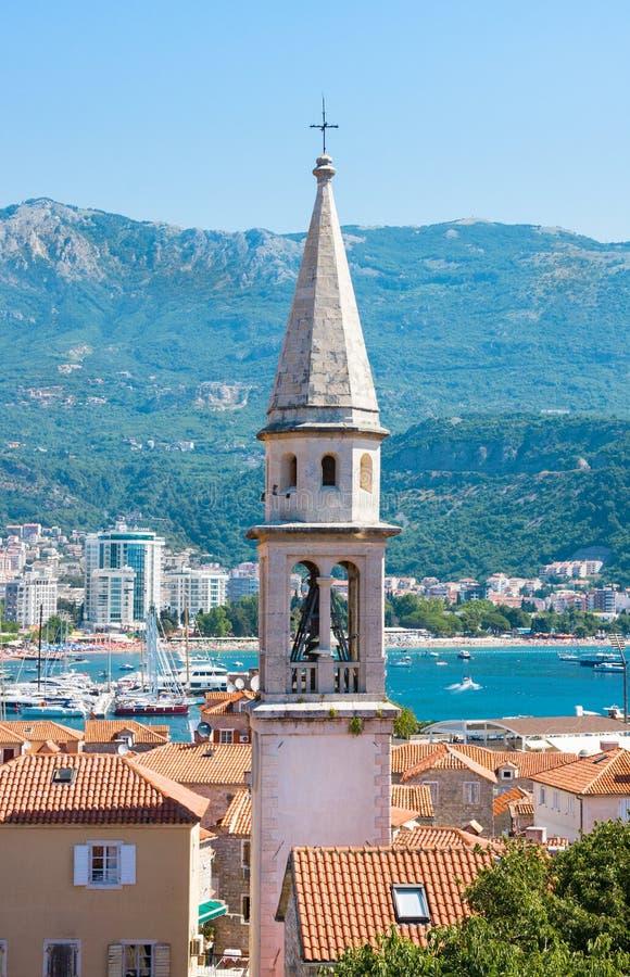 Vista da igreja da cidade do St Ivan, do Budva, de montanhas e do mar velhos montenegro imagem de stock