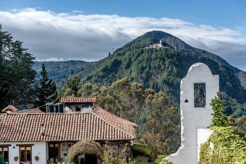 Vista da igreja de Monserrate em Bogotá, Colômbia foto de stock
