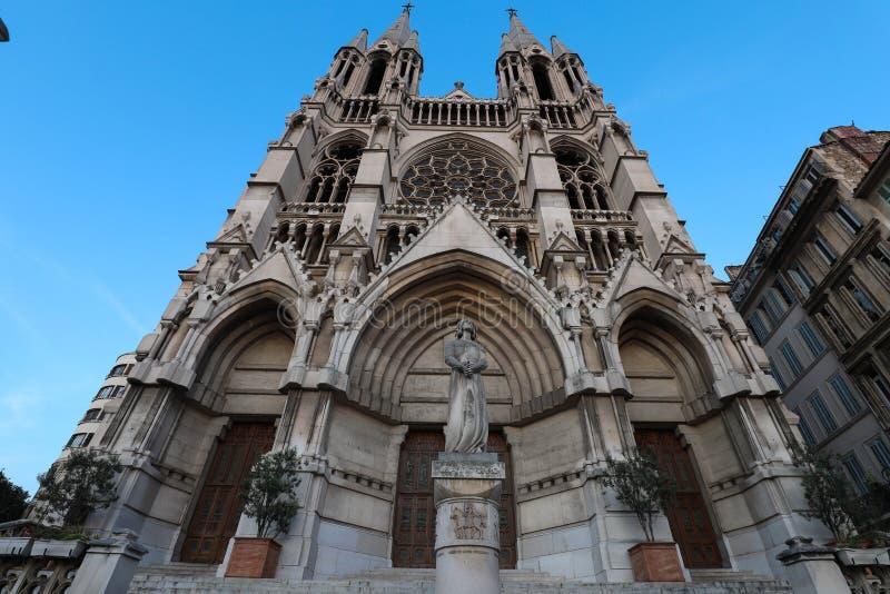 Vista da igreja de Saint-Vincent de Paul na parte superior do La Canebiere em Marselha imagens de stock