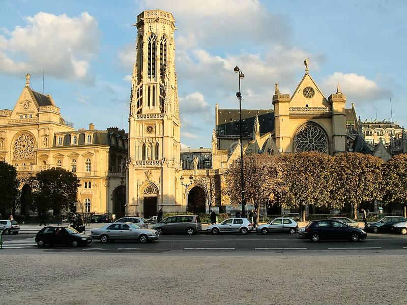 Vista da igreja de St Germain L ` Auxerrois em Paris fotos de stock