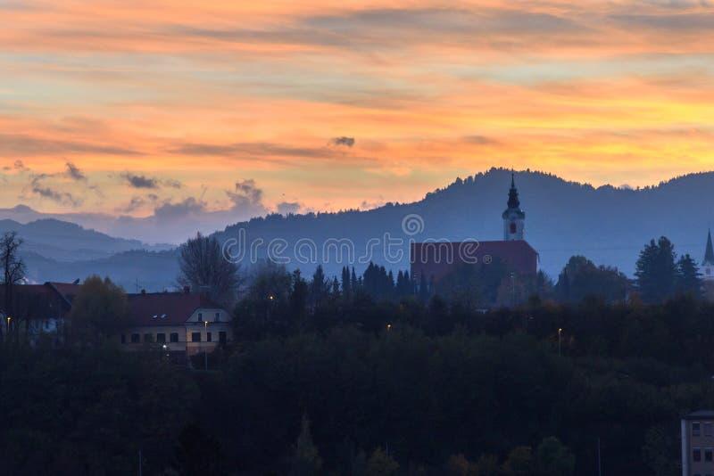 Vista da igreja de St Martina no por do sol em Kranj slovenia imagem de stock