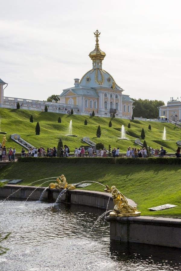 Vista da igreja do palácio grande no museu do estado de Peterhof fotos de stock royalty free