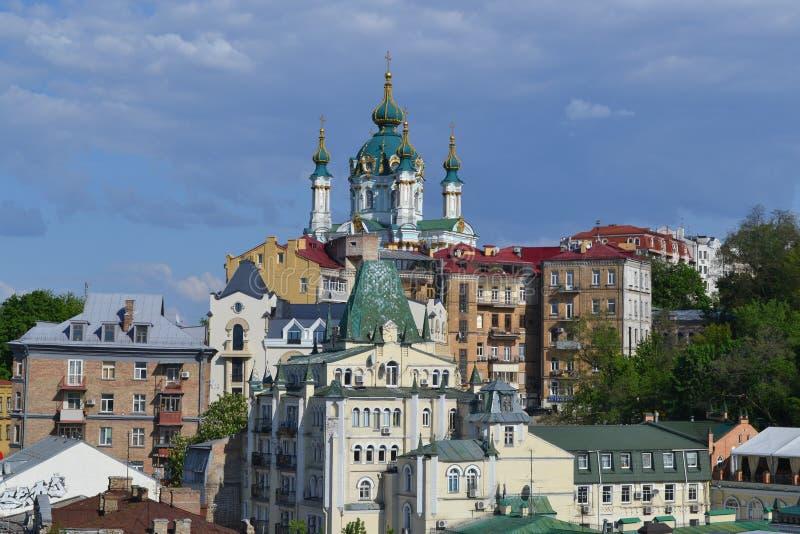 Vista da igreja do ` s de St Andrew da montanha calva, Kiev, Ucrânia imagem de stock