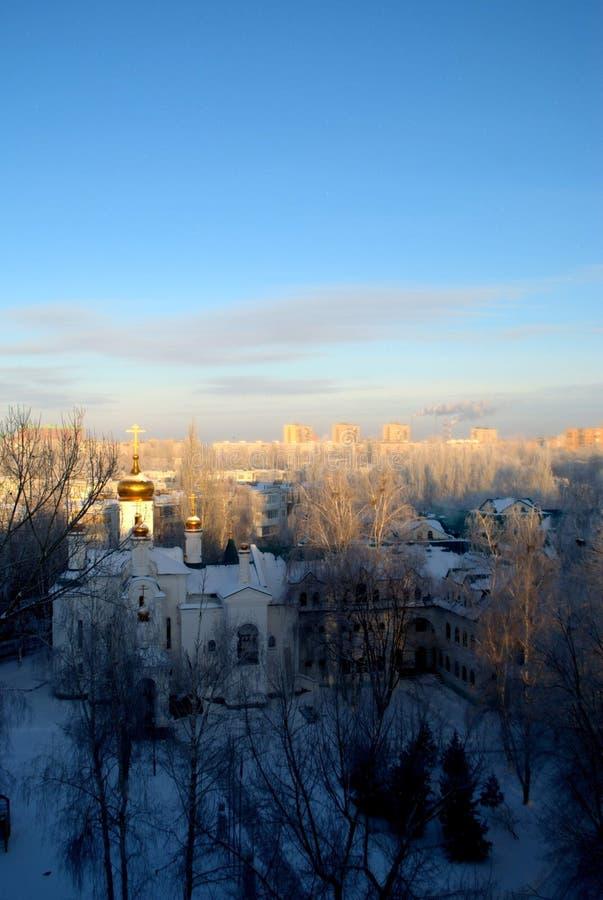 A vista da igreja em nome de todos os Saint na terra do russo brilhou em uma manhã gelado adiantada imagem de stock