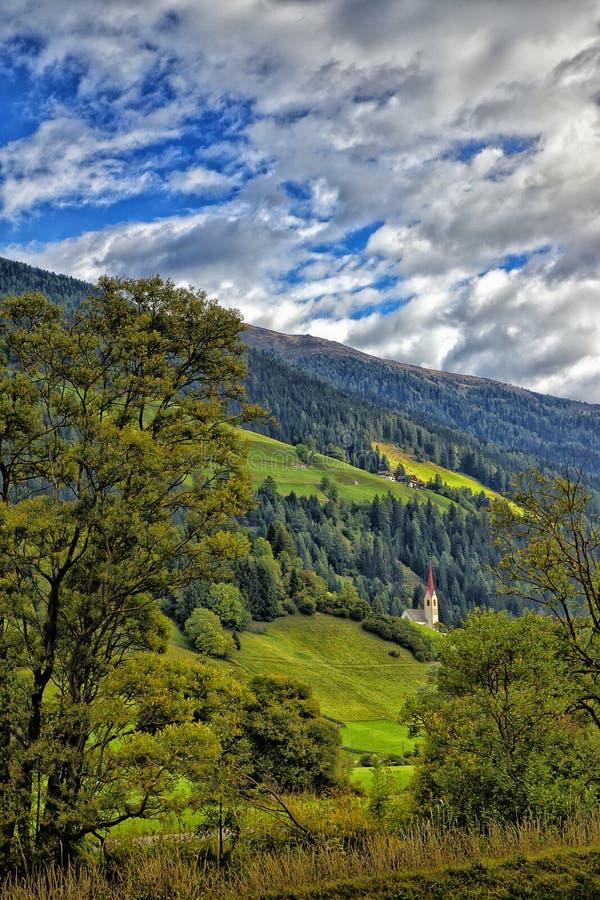 Vista da igreja nos cumes italianos na beira austríaca imagens de stock