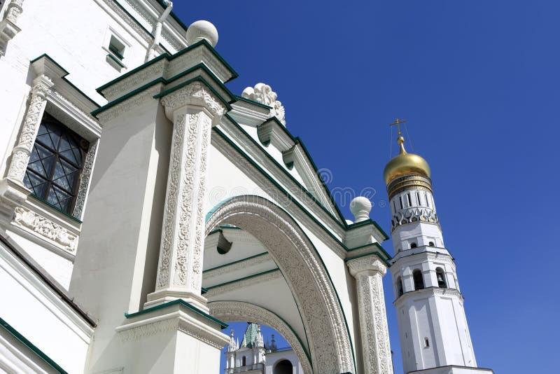 Vista da igreja ortodoxa branca imagens de stock