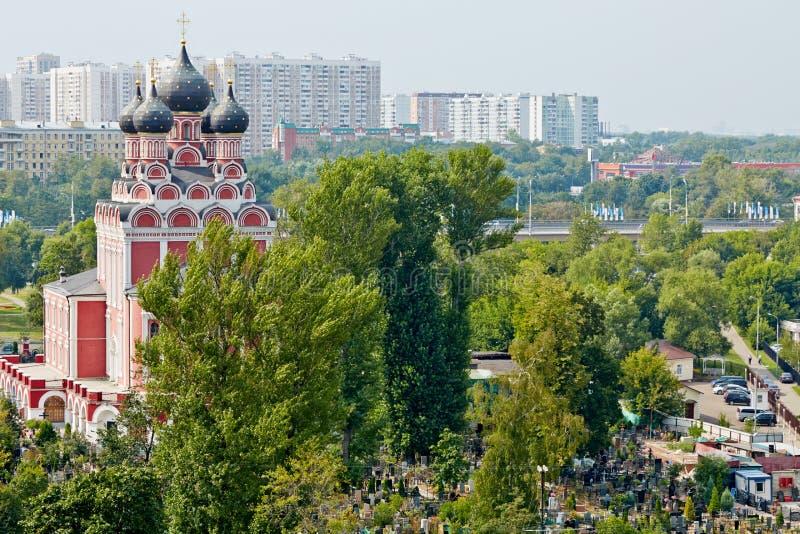 Vista da igreja ortodoxa do russo do ícone de Tikhvin de nossa senhora imagens de stock