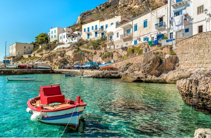 A vista da ilha de Levanzo com o barco do pescador no primeiro plano, é a menor das três ilhas de Aegadian no mar Mediterrâneo o imagens de stock royalty free