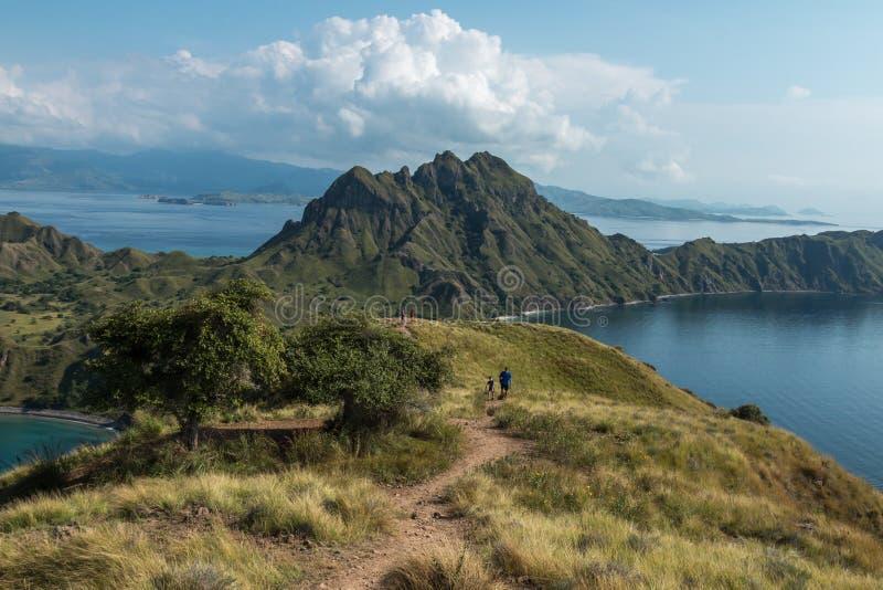 Vista da ilha de Padar e de oceano circunvizinho no parque nacional de Komodo, Indonésia - um destino popular do turista imagem de stock royalty free