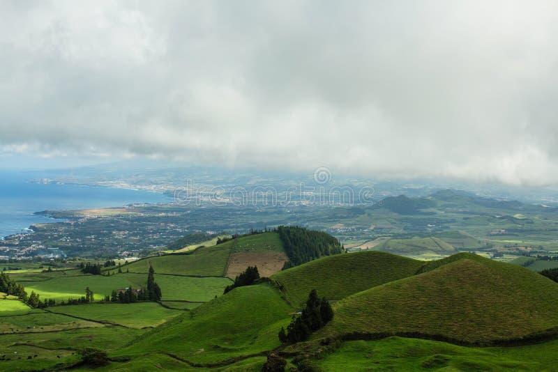 Vista da ilha de San Miguel e da costa atlântica, Açores imagens de stock