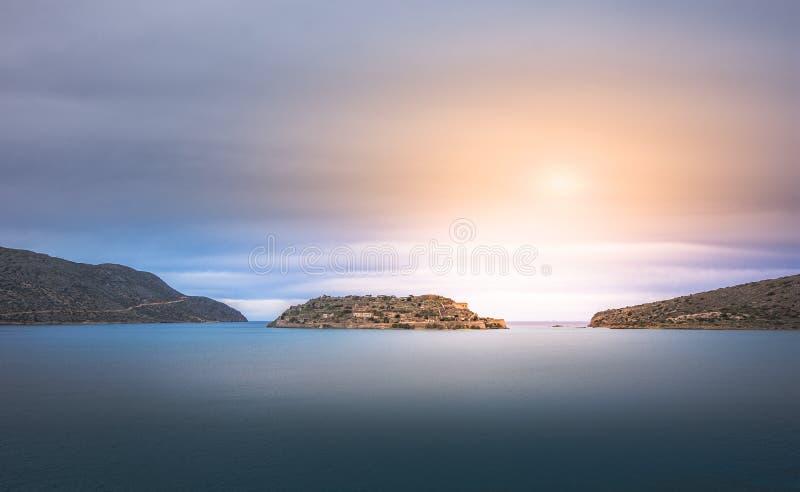 Vista da ilha de Spinalonga com mar calmo Estavam aqui os leprosos isolados, seres humanos com o desease do ` s de Hansen, golfo  fotografia de stock royalty free