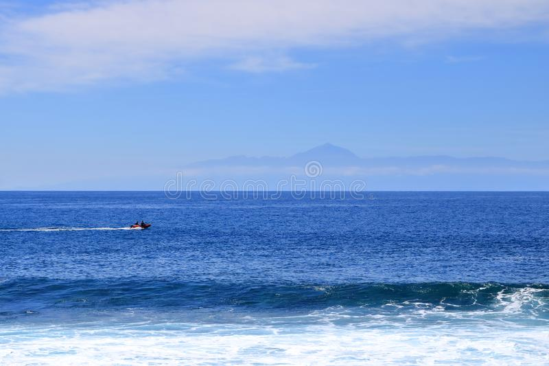 Vista da ilha de Tenerife com o vulc?o Teide com o Oceano Atl?ntico entre fotos de stock