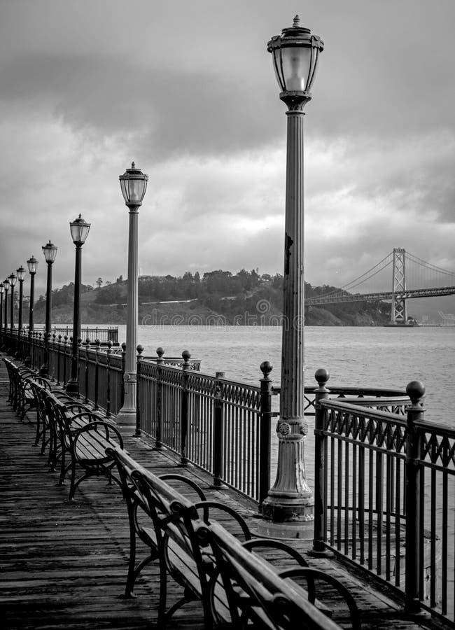 Vista da Ilha de Yerba Buena da Ponte da Baía de São Francisco do Cais 7 em Preto e Branco fotos de stock