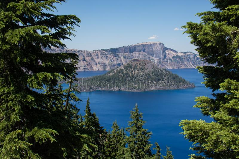 Vista da ilha do feiticeiro no parque nacional do lago crater em Oregon, foto de stock