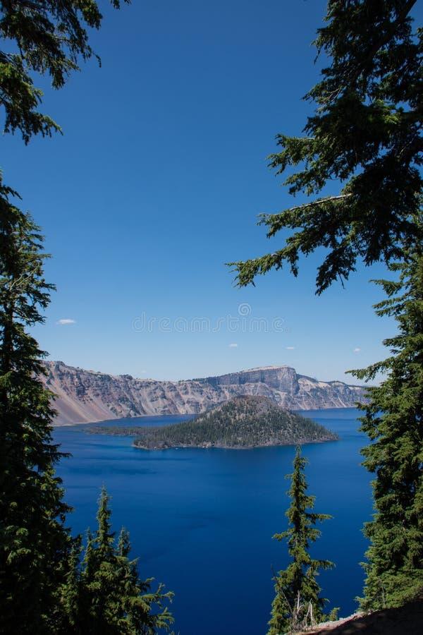 Vista da ilha do feiticeiro no parque nacional do lago crater em Oregon imagens de stock