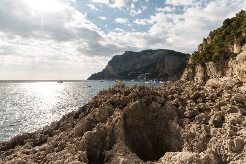 Vista da ilha Itália de Capri, com muitos barcos na água imagem de stock