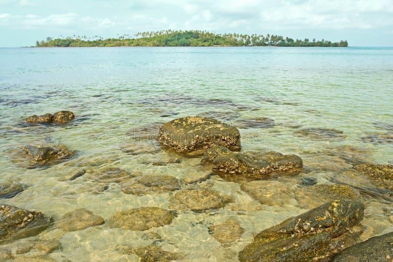 Vista da ilha pequena no mar tailandês fotografia de stock