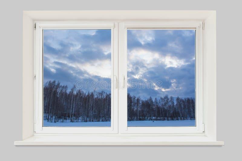 Vista da janela à paisagem do inverno com um lago congelado imagens de stock