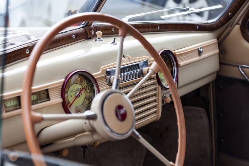 Vista da janela aberta com o volante e o interior do carro velho do russo da classe executiva liberada no fotos de stock