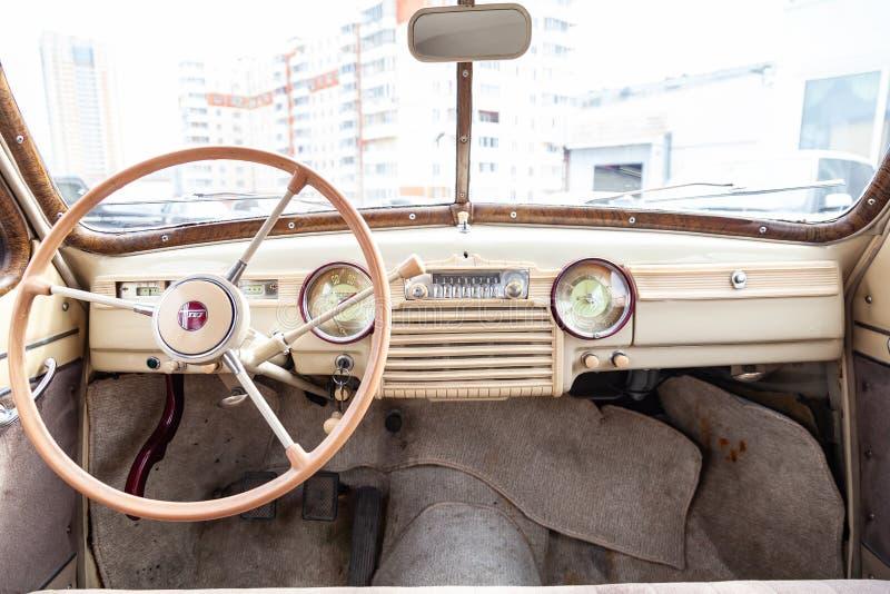 Vista da janela aberta com o volante e o interior do carro velho do russo da classe executiva liberada no imagens de stock royalty free