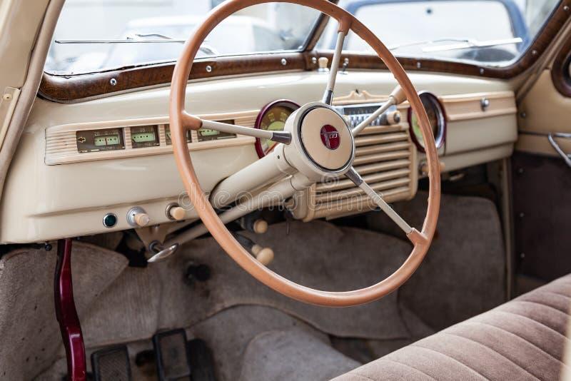 Vista da janela aberta com o volante e o interior do carro velho do russo da classe executiva liberada no imagens de stock