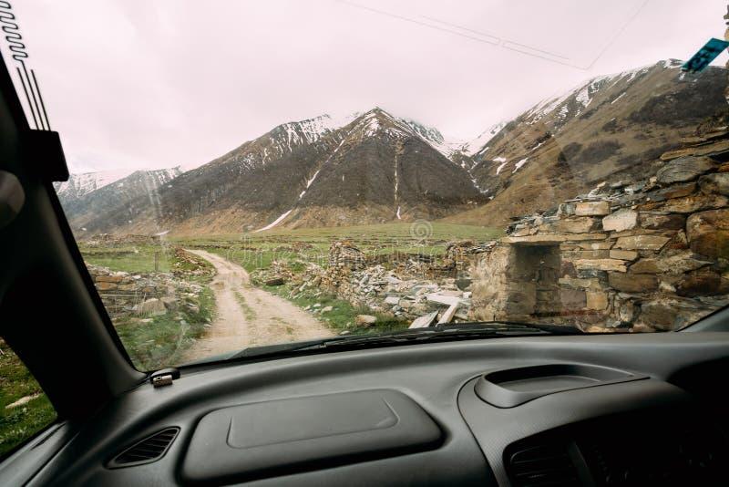 Vista da janela de carro na vila abandonada velha com casas arruinadas imagens de stock royalty free