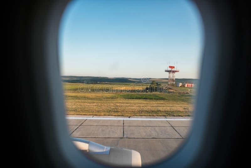 Vista da janela do avião na pista de decolagem do aeroporto foto de stock
