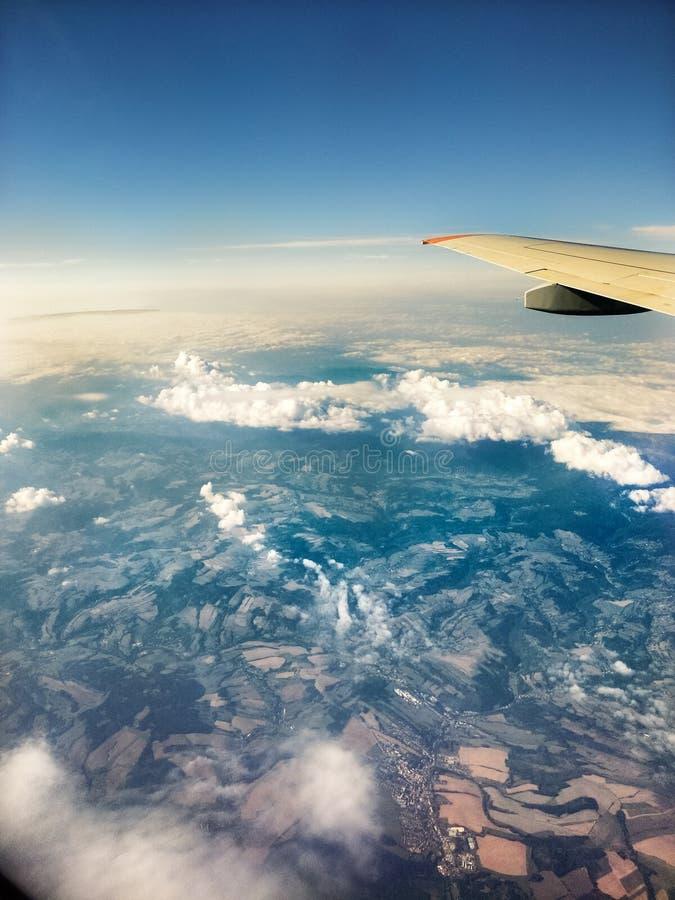 Vista da janela do avião nos pantanais e na área residencial, voando acima de Europa foto de stock royalty free