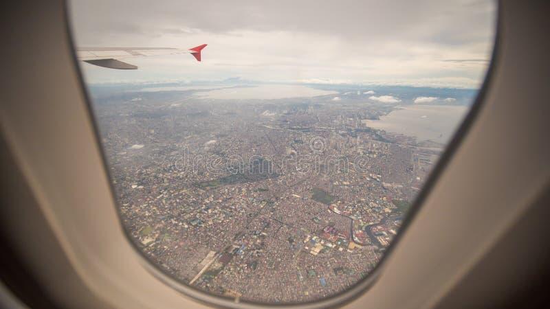 Vista da janela do plano à cidade de Manila filipinas imagem de stock royalty free