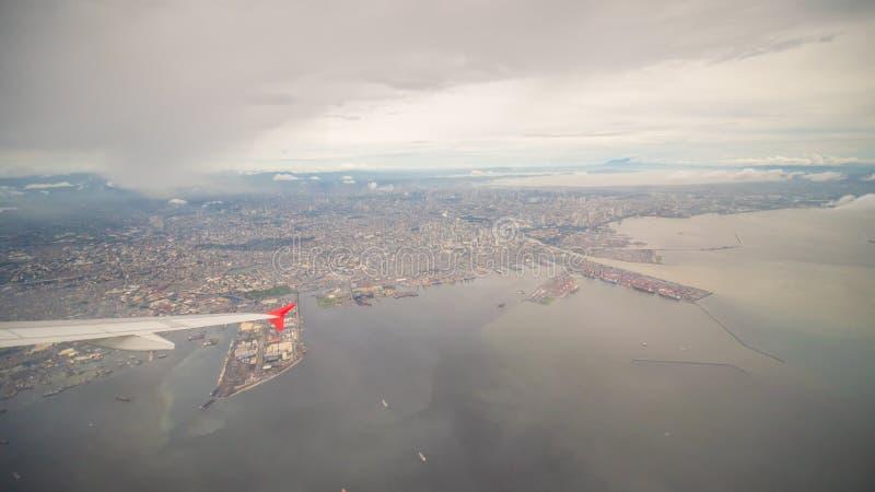 Vista da janela do plano à cidade de Manila filipinas foto de stock royalty free
