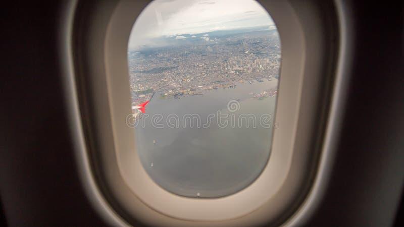 Vista da janela do plano à cidade de Manila filipinas foto de stock