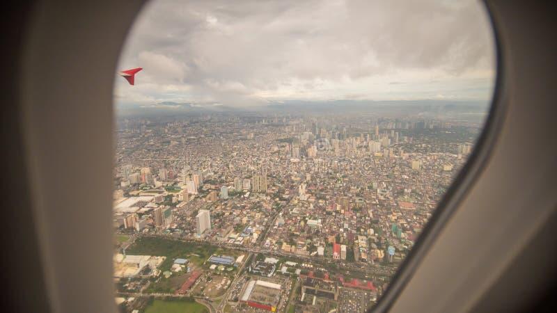 Vista da janela do plano à cidade de Manila filipinas fotografia de stock