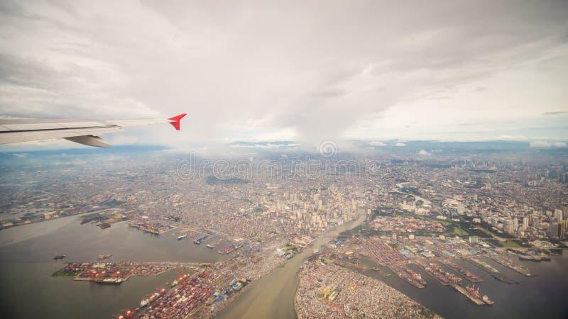 Vista da janela do plano à cidade de Manila filipinas imagens de stock royalty free