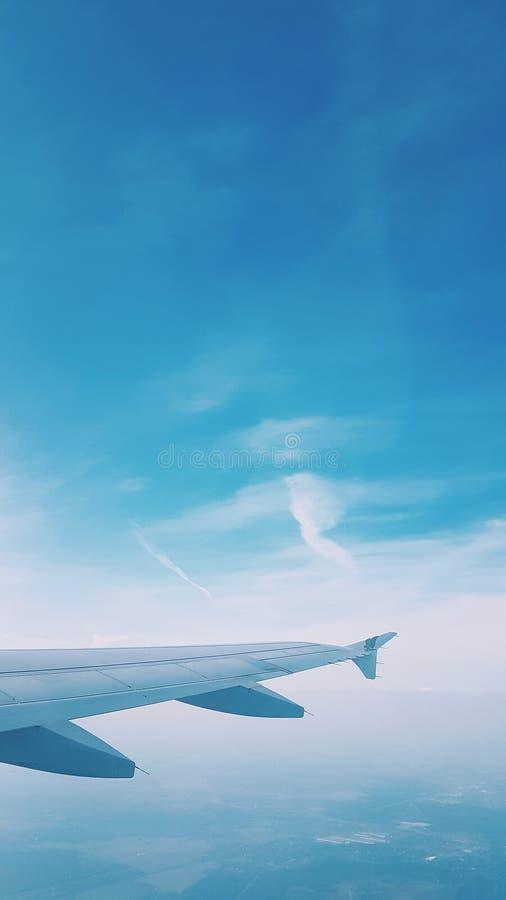 Vista da janela do plano, céu azul, Skyscape imagem de stock