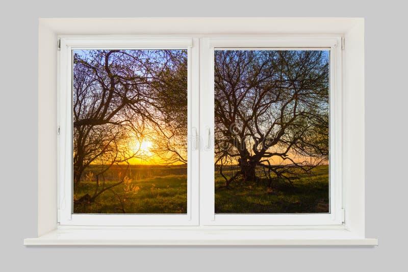 Vista da janela em uma paisagem bonita da mola com árvores foto de stock