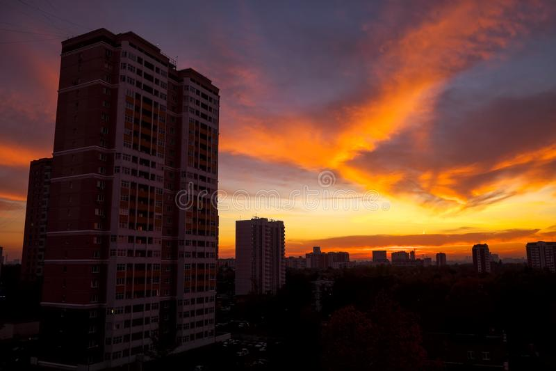 A vista da janela na área residencial de Moscou fotos de stock