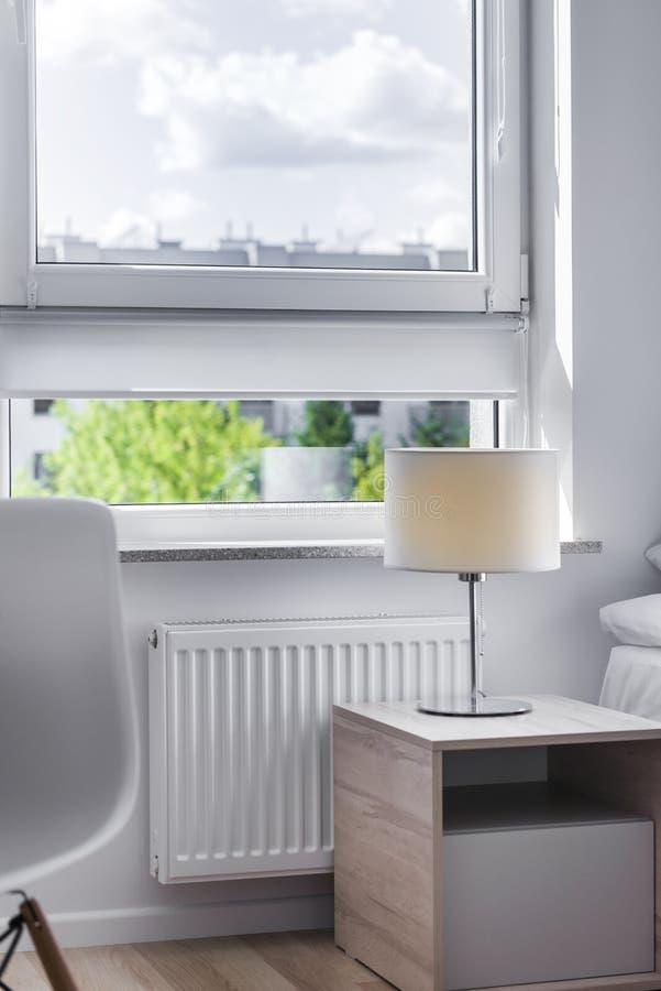 Vista da janela na sala pequena, econômica imagens de stock